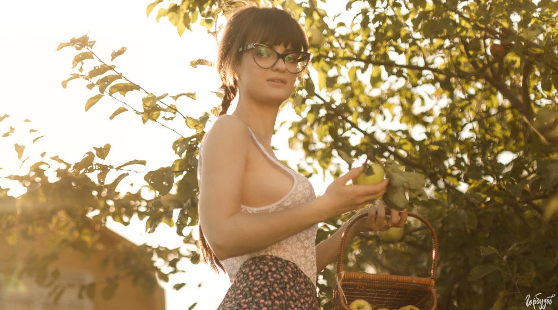 Барышня с яблоком